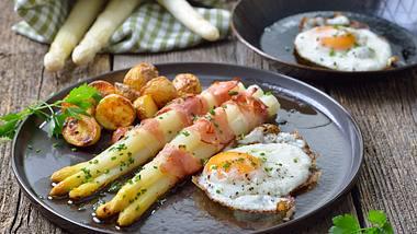 Weißer Spargel mit Bacon, Kartofflen und Spiegelei - Foto: iStock / kabVisio