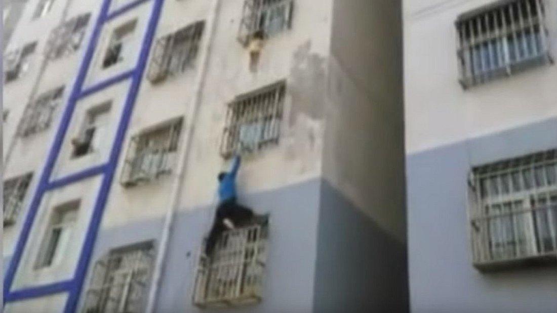 Nachbar klettert Hausfassade hoch, um Kind zu retten