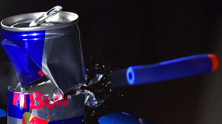 YouTuber Giaco Whatever hat eine Nerf-Gun gebaut, die mit einem Druck von 28 Bar durch eine Red-Bull-Dose schießen kann