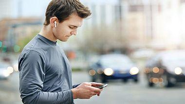 Praktische Sport-Kopfhörer mit Bluetooth-Funktion - Foto: iStock