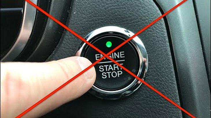 Im Auto: Was passiert von man den Start-Knopf während der Fahrt drückt