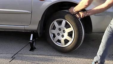 Car-Hack-Tutorial: So gibst du deinem Auto mit einem Seil Starthilfe - Foto: YouTube/ShaketheFuture