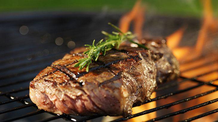 Das Steak über der heißesten Flamme grillen