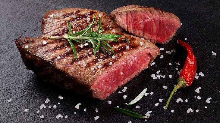 Gebratenes Steak mit Meersalz