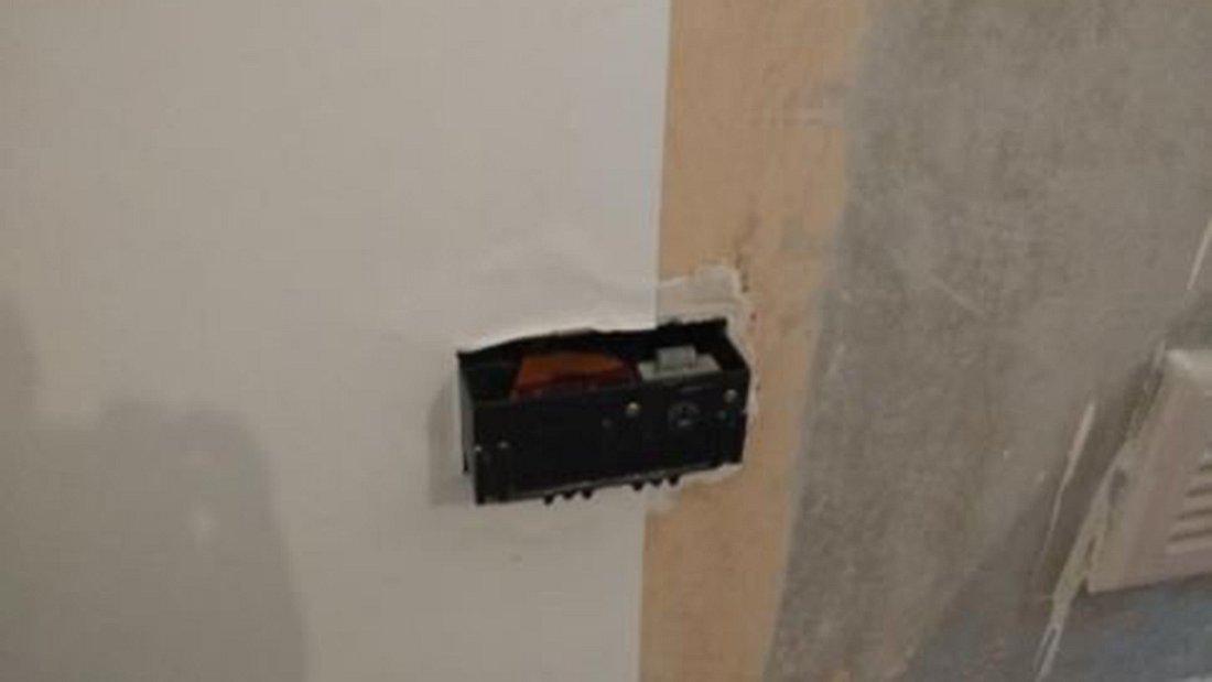 Euan Wright entdeckte einen geheimen Safe hinter einer Steckdose
