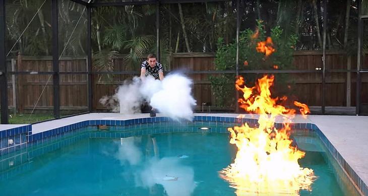 Das passiert, wenn man flüssigen Wasserstoff in einen brennenden Pool kippt