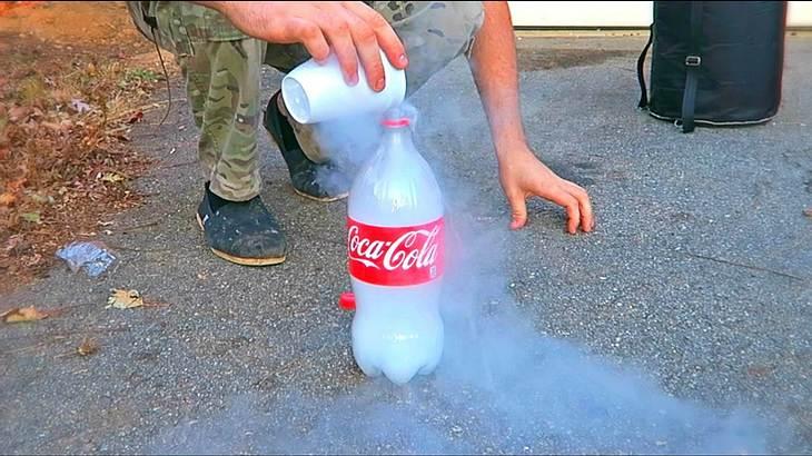 Das passiert, wenn man flüssigen Stickstoff in eine Cola-Flasche schüttet