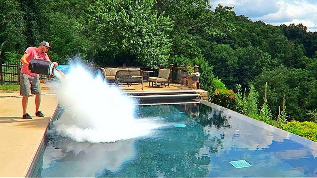 Das passiert, wenn man 30 Liter flüssigen Stickstoff in einem Pool kippt