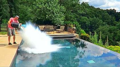 Das passiert, wenn man 30 Liter flüssigen Stickstoff in einen Pool kippt