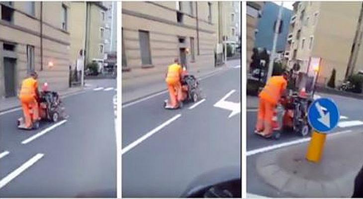 Ein Straßenmeister malt Verkehrslinien in Italien