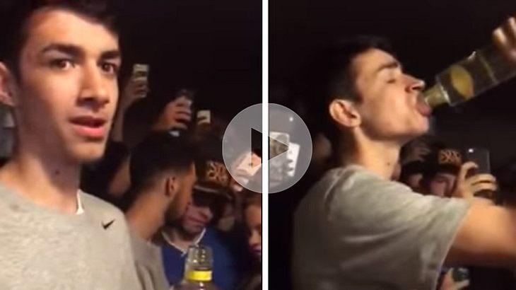 Dieser Student trinkt eine Vodka-Flasche auf ex