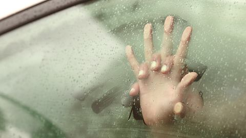 Hände an beschlagener Autoscheibe - Foto: iStock / AntonioGuillem