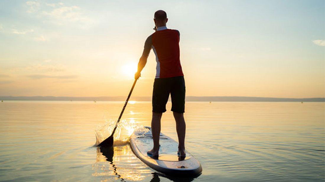 Paddel in den Sonnenuntergang mit deinem neuen SUP Board
