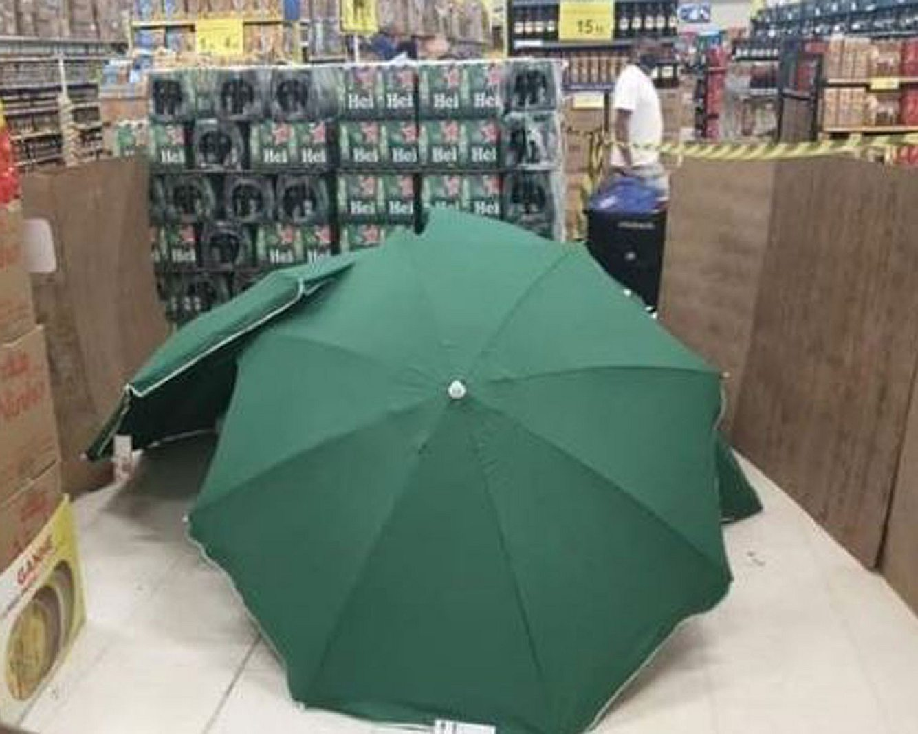 Regenschirm über einem Leichnam in Supermarkt