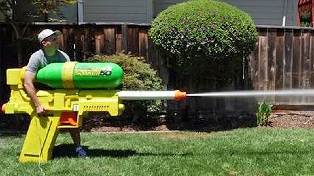 Super Soaker: Das ist die größte Wasserpistole der Welt - Foto: YouTube/MarkRober