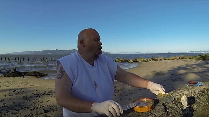 YouTuber Ted Barrus kotzt von Surströmming