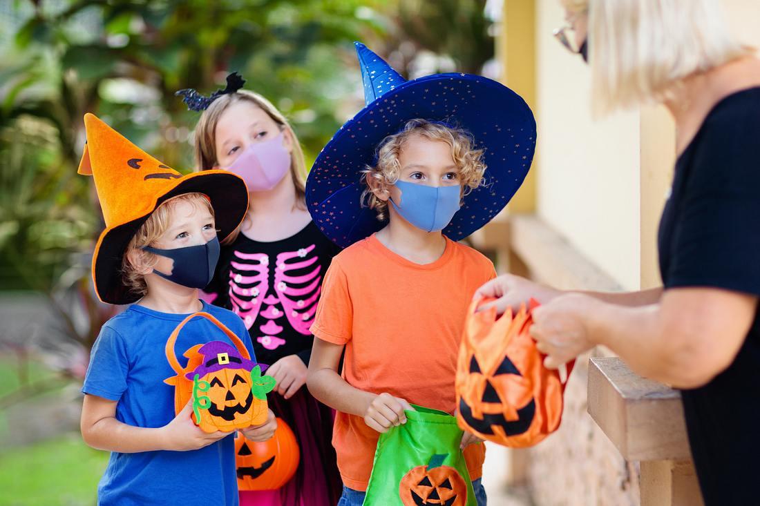 Kinder bekommen Süßigkeiten an Halloween