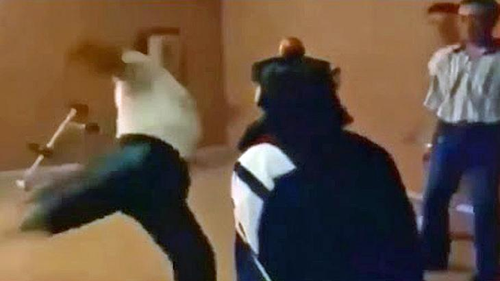 Fail: Ein Taekwondo-Meister versucht, einen Apfel vom Kopf einer Frau zu treten