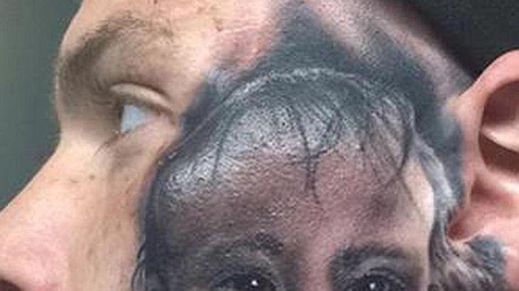 Face-Tattoo: Ein Mann hat das Gesicht seines Sohnes auf sein Gesicht tätowieren lassen