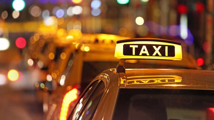 Sylvester 2017: Ein Betrunkener fährt mit einem Taxi durch drei Länder