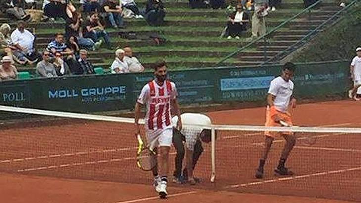 Tennisprofi Benoit Paire tritt bei einem Punktspiel in Düsseldorf Trikot von 1. FC Köln an
