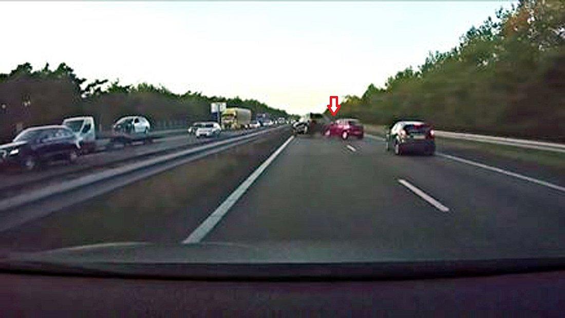 Ein Tesla-Autopilot sagt einen Unfall voraus