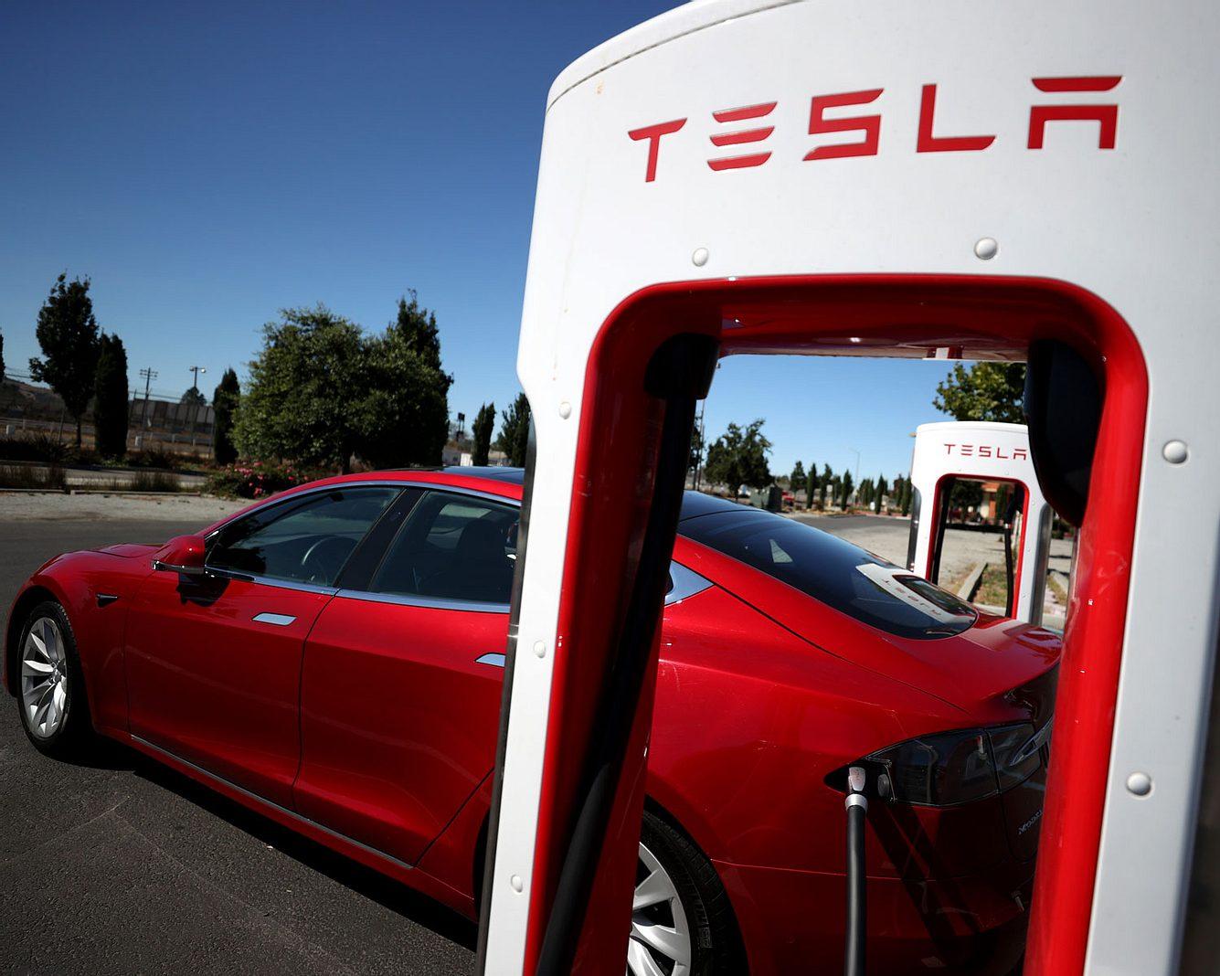 Tesla-Auto an Aufladestation