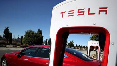 Tesla-Auto an Aufladestation - Foto: GettyImages/ Justin Sullivan