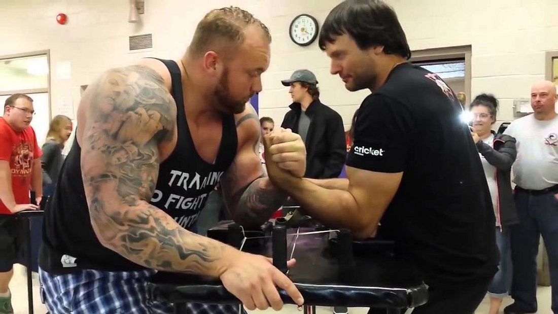 The Mountain trat gegen Devon Larratt, den Weltmeister im Armdrücken, an