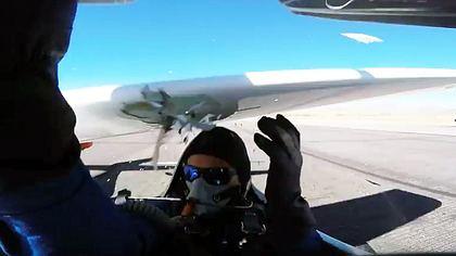 Sportflieger Thom Richard wäre fast von einem Flugzeug geköpft worden - Foto: YouTube/Thom Richard