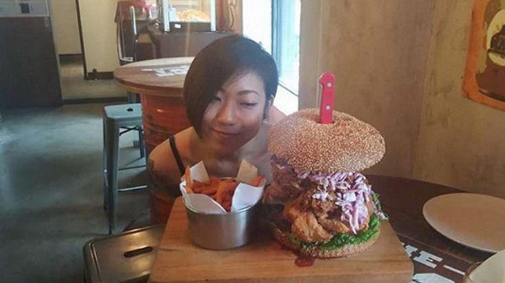 Diesen 3-Kilo-Burger verschlang Thomasina Ow in weniger als 45 Minuten
