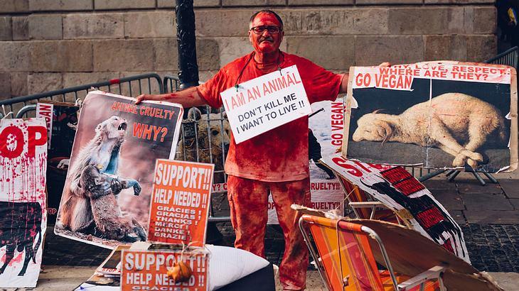 Veganer Tierschützer protestiert