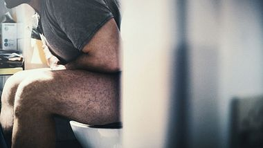 Mann nutzt Toilette falsch - Foto: iStock / gilaxia