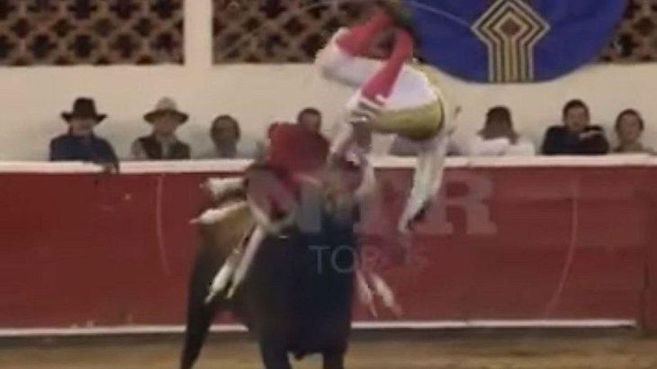 Luis David Adame wird vom Stier aufgespießt