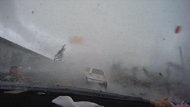 Frau fährt mit Kleinwagen mitten in einen Tornado