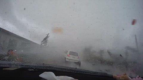 Frau fährt mit Kleinwagen mitten in einen Tornado - Foto: Twitter