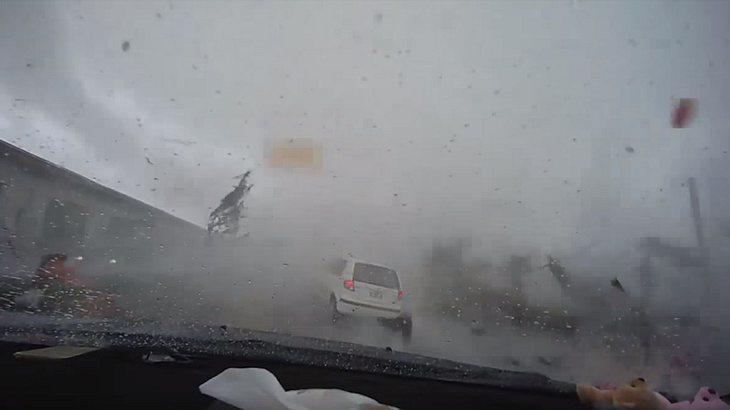 Unglaubliche Kraft: Tornado verschlingt Kleinwagen
