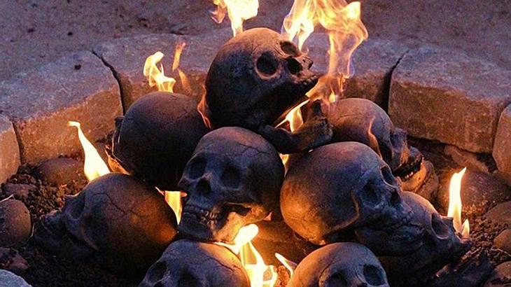 Da glüht der Schädel: MYARD bietet Holzscheite an, die wie Totenköpfe aussehen