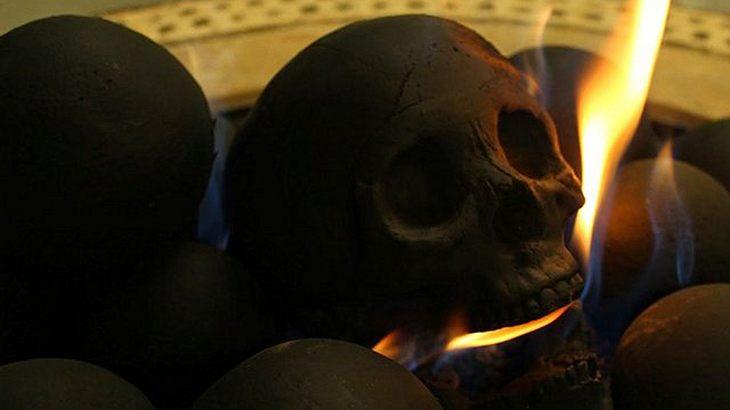 Totenschädel-Holzkohle: Die Human Skull Bonesvon Myard
