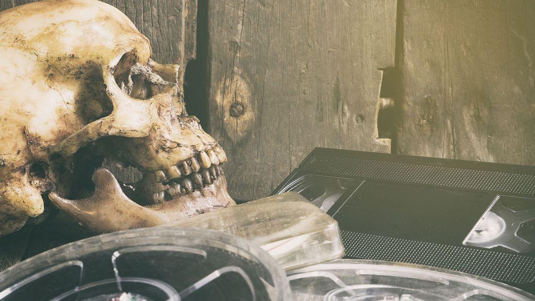 Totenschädel, Videokassetten, Filmrollen: Das Horror-Genre lebt