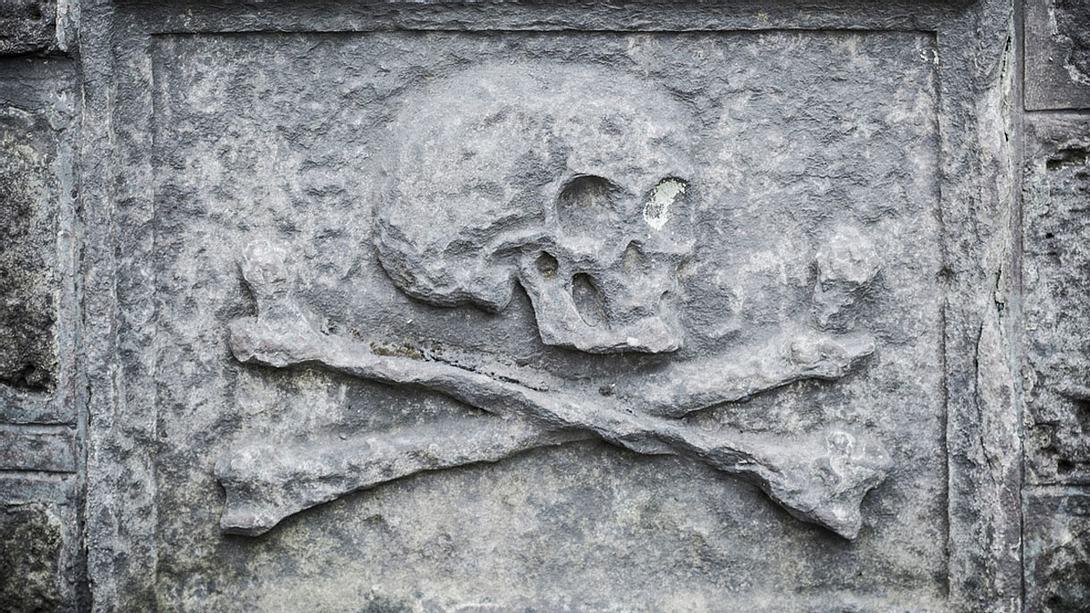 Totenschädel auf einem Grabstein - Foto: iStock / theasis