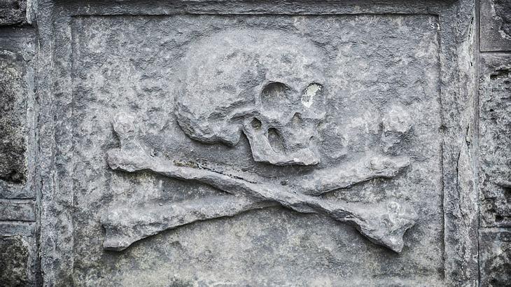 Totenschädel auf einem Grabstein