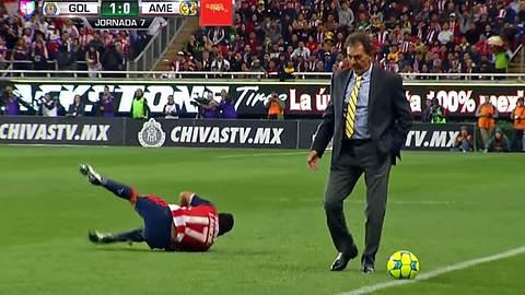 Fußbaltrainer Ricardo La Volpe foult einen generischen Spieler - Foto: YouTube/UnivisionDeportes