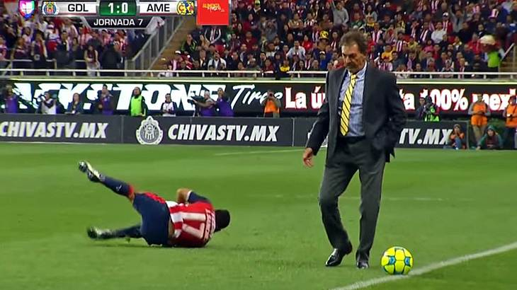 Fußbaltrainer Ricardo La Volpe foult einen generischen Spieler