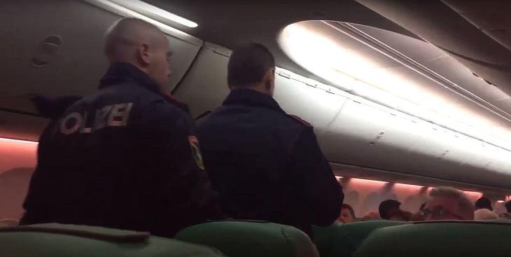 Weil er permanent furzt: Fluggäste prügeln Mann blutig