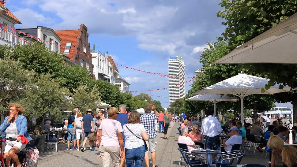 Belebte Straße in Travenmünde - Foto: iStock / Dynamoland