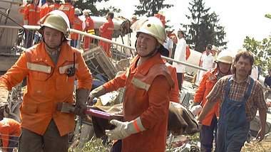 Sanitäter tragen einen Verletzten - Foto: imago images / localpic