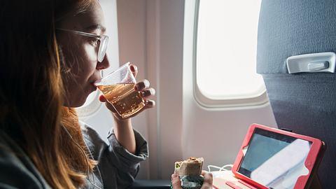 Trinken im Flieger - Foto: iStock / martinedoucet
