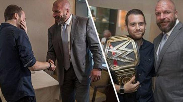 Wrestling-Ikone Triple H überreicht dem Londoner Polizisten Charlie Guenigalt einen WWE-Championship-Belt