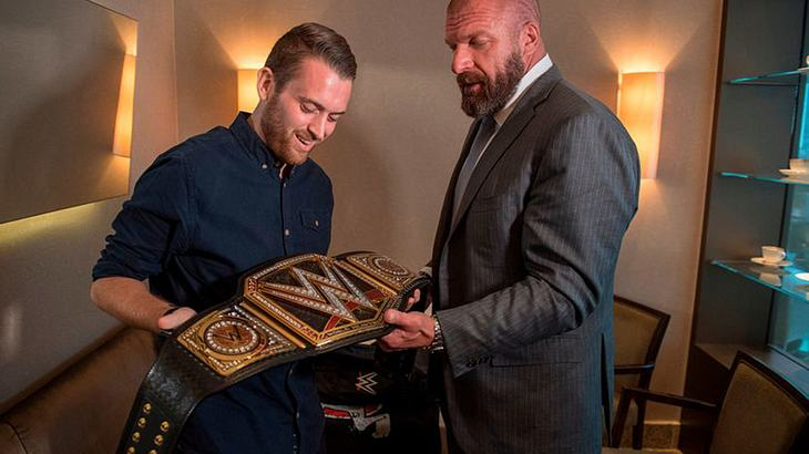 WWE-Legende Triple H beschenkt den Polizisten Charlie Guenigalt